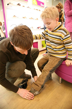 fitting-kids'-shoes
